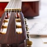 Крупный план снял fingerboard и листа гитары с примечаниями Стоковые Фото