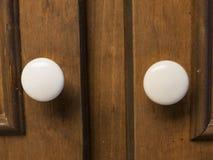 Крупный план снятый 2 белых ручек шкафа Стоковые Изображения
