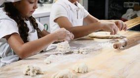 Крупный план снятый брата и сестры играя шеф-поваров в кухне ресторана варя совместно помогая родителей 4K сток-видео