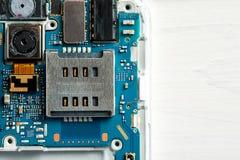 Крупный план снятый демонтированных частей сотового телефона, космос текста стоковое фото