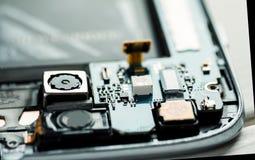 Крупный план снятый демонтированных частей сотового телефона стоковая фотография rf