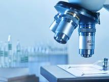 Крупный план современного микроскопа в исследовательской лабаратории Стоковые Изображения