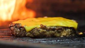 Крупный план сочного зажаренного пирожка мяса, бургера бургера, пирожка гамбургера, на заднем плане пламени акции видеоматериалы