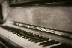 Крупный план старого винтажного поцарапанного рояля в monochrome - ретро фотография стоковые изображения