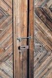 Крупный план старого заржаветого замка на деревенской сельской двери с декоративными естественными выдержанными деревянными планк стоковые изображения