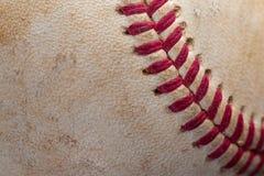 Крупный план старого, пакостного бейсбола с красными швами Стоковые Фото
