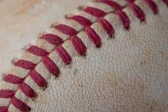 Крупный план старого, пакостного бейсбола с красными швами Стоковые Изображения RF