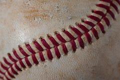 Крупный план старого, пакостного бейсбола с красными швами Стоковое Фото