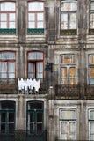 Крупный план стародедовских окон и дверей квартир Стоковые Фото
