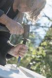 Крупный план старшего художника используя мушкел и зубило для того чт стоковое фото rf