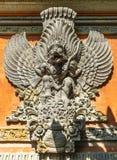 Крупный план статуи Garuda на виске Batuan, Ubud, Бали Индонезии стоковые фотографии rf