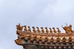 Крупный план статуй на угле крыши, запретного города Пекина Стоковое фото RF