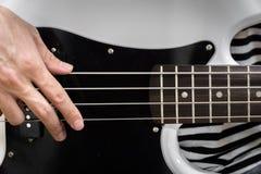 Крупный план стиля пальца басовой гитары Стоковое фото RF