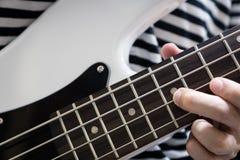 Крупный план стиля пальца басовой гитары Стоковое Изображение