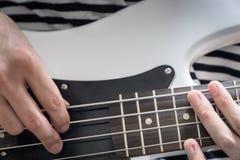 Крупный план стиля пальца басовой гитары Стоковое Изображение RF