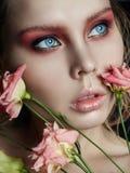Крупный план стороны девушки красоты искусства с поднял в руки на черном backgro Стоковые Фото