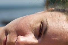 Крупный план стороны женщины лежа вне в солнце Стоковое Фото