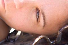 Крупный план стороны женщины лежа вне в солнце Стоковое Изображение