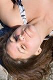Крупный план стороны женщины лежа в солнце Стоковые Изображения RF