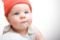 Крупный план стороны младенца в шляпе на светлой предпосылке Стоковое Изображение