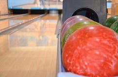 Крупный план строки красочных шариков боулинга стоковые фотографии rf