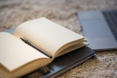 Крупный план тепло освещенного журнала лежа открытый, страницы раскрывает и стоковые фотографии rf
