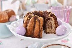 Крупный план торта кольца пасхи традиционного мраморного на праздничной таблице стоковое фото