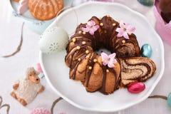 Крупный план торта кольца пасхи традиционного мраморного на праздничной таблице стоковое фото rf