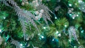 Крупный план украшений рождественской елки с серебряными акцентами и белыми ягодами стоковые фото