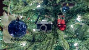 Крупный план украшения камеры и снеговика на рождественской елке стоковая фотография rf
