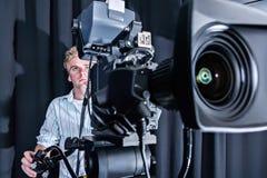 Крупный план фронта камеры студии с парнем стоковое изображение rf