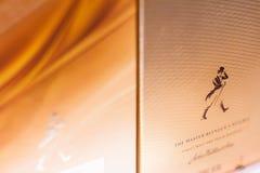 Крупный план ходока Джонни смешал коробку вискиа упаковывая на superma стоковое фото rf