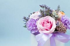 Крупный план цветет предпосылка - пустые поздравительная открытка или приглашение с цветками в розовых и фиолетовых тонах стоковая фотография