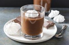 Крупный план чашки мусса шоколада с меренгой, который служат на плите Очень вкусный десерт и вкусная закуска стоковые фотографии rf