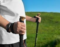 Крупный план человека держа отслеживать вставляет на предпосылке зеленой травы Стоковое Изображение RF
