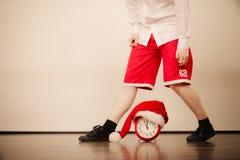 Крупный план человека с будильником время конца рождества предпосылки красное вверх Стоковое Изображение