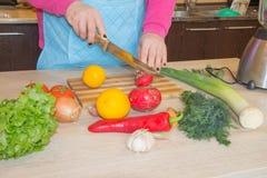 Крупный план человеческих рук варя еду, салат овощей Подготавливать свежую еду в кухне Стоковые Фото