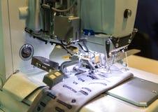 Крупный план швейной машины, никто, одежда шьет стоковое изображение