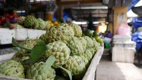Крупный план яблока заварного крема или яблока сахара на местном въетнамском рынке сток-видео