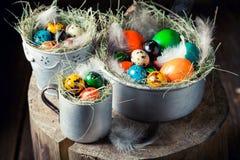 Крупный план яичек для пасхи в гнезде и старой кружке Стоковая Фотография