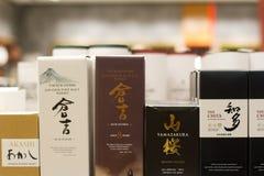 Крупный план японских бутылок вискиа на супермаркете shelves стоковая фотография rf
