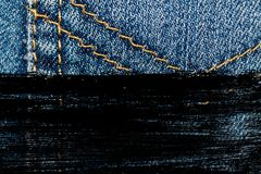 Крупный план Grunge пакостный устарелой текстуры джинсовой ткани голубых джинсов карманной, предпосылка макроса для вебсайта или  Стоковое Изображение