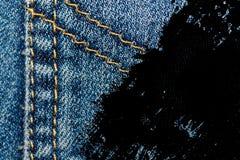Крупный план Grunge пакостный устарелой текстуры джинсовой ткани голубых джинсов карманной, предпосылка макроса для вебсайта или  Стоковое Изображение RF