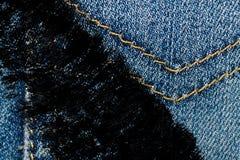 Крупный план Grunge пакостный устарелой текстуры джинсовой ткани голубых джинсов карманной, предпосылка макроса для вебсайта или  Стоковые Фото
