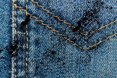 Крупный план Grunge пакостный устарелой текстуры джинсовой ткани голубых джинсов карманной, предпосылка макроса для вебсайта или  Стоковые Изображения