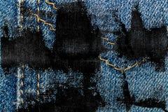 Крупный план Grunge пакостный устарелой текстуры джинсовой ткани голубых джинсов карманной, предпосылка макроса для вебсайта или  Стоковая Фотография RF