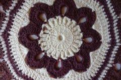 Крупный план handmade maroon и белой подушки вязания крючком Стоковые Фото