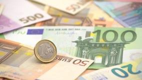 крупный план 4K монетки одно евро с банкнотами различных значений Деньги наличных денег акции видеоматериалы