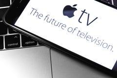 Крупный план Macbook и iPhone с логотипом ТВ Яблока на экране стоковые фотографии rf