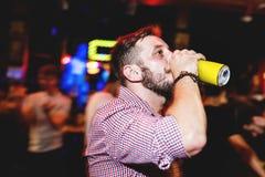 Крупный план nighttime человека и пива с techniqu долгой выдержки Стоковое Изображение RF